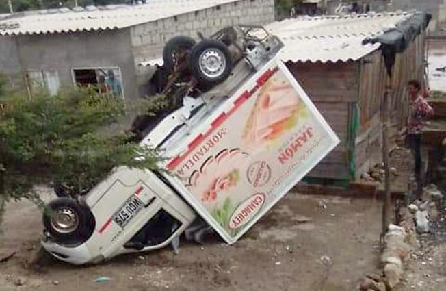 Un vehículo trasportador de alimentos, se volcó en el corregimiento de Tasajera